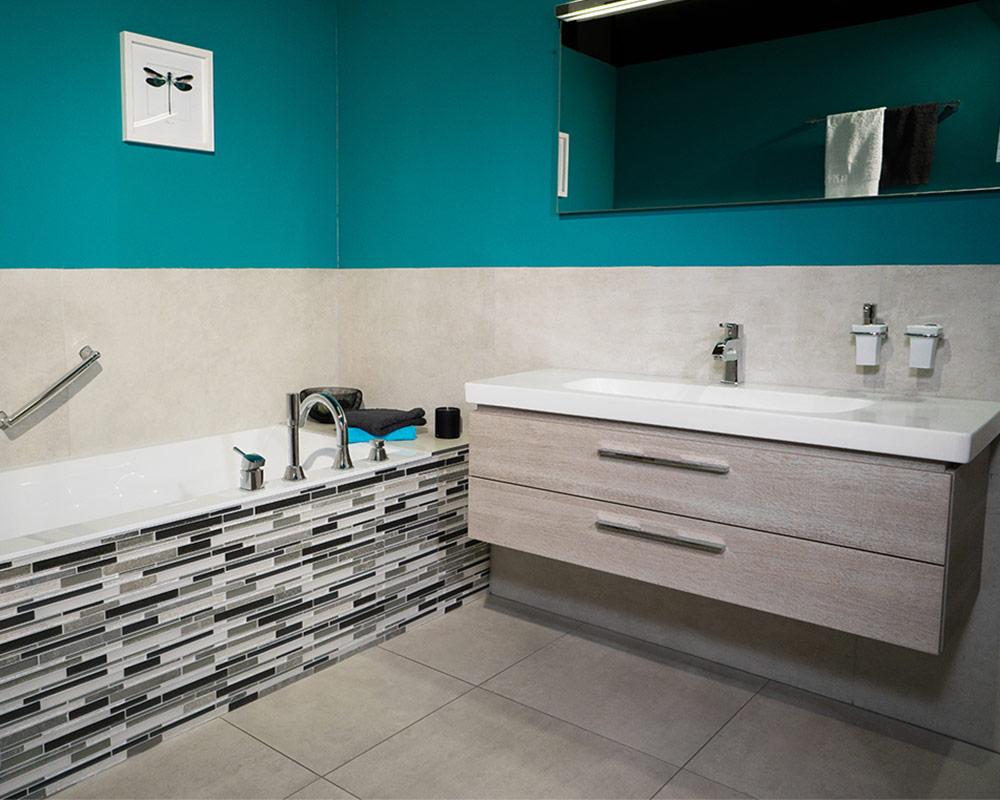 Schöffmann Bad Referenz: Modernes Badezimmer mit gefliester Badewanne